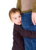 Kleiner Junge, der seinen Vater umarmt Lizenzfreie Stockfotografie