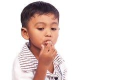 Kleiner Junge, der Snack-Food isst Stockfotos