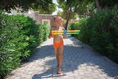 Kleiner Junge, der Spaß draußen am sonnigen Sommertag hat stockfoto