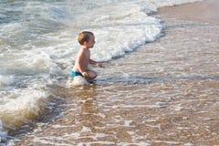 Kleiner Junge, der Spaß im Meer hat Lizenzfreie Stockbilder