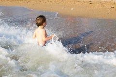 Kleiner Junge, der Spaß im Meer hat Stockfotografie