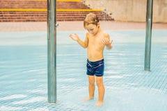 Kleiner Junge, der Spaß im Swimmingpool hat lizenzfreie stockfotografie
