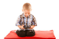 Kleiner Junge, der Spiele auf Smartphone spielt Stockfotos