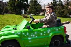 Kleiner Junge, der Spielzeugauto antreibt Stockfotos
