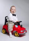 Kleiner Junge, der Spielzeugauto antreibt Lizenzfreie Stockbilder