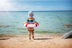 Kleiner Junge, der am Strand im Hut spielt Lizenzfreies Stockbild