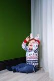 Kleiner Junge in der Strickjacke Stockfotos