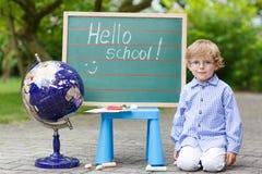 Kleiner Junge an der Tafel, zurück zu Schulkonzept Lizenzfreie Stockbilder