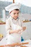 Kleiner Junge, der Teig zubereitet Lizenzfreies Stockfoto