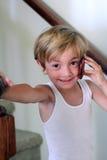 Kleiner Junge, der am Telefon spricht Stockfotos