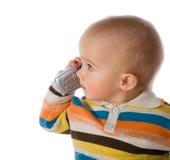 Kleiner Junge, der am Telefon spricht lizenzfreie stockbilder