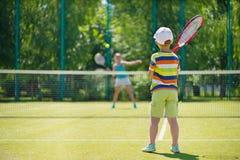 Kleiner Junge, der Tennis spielt Lizenzfreies Stockfoto