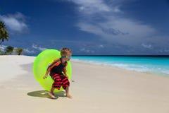 Kleiner Junge, der am tropischen Strand spielt Lizenzfreies Stockfoto