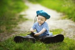 Kleiner Junge in der Uniform stockbilder