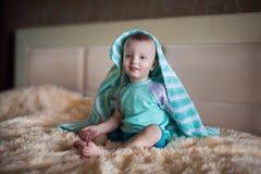 Kleiner Junge, der unter einer Decke sich versteckt Lizenzfreie Stockfotografie
