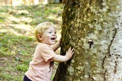 Kleiner Junge, der Verstecken spielt Lizenzfreies Stockfoto