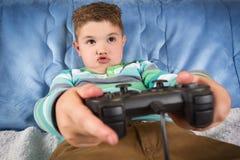 Kleiner Junge, der Videospiele spielt lizenzfreie stockfotografie