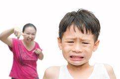 Kleiner Junge, der von seiner Mutter gescholten wird Stockfotografie
