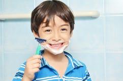 Kleiner Junge, der vortäuscht zu rasieren lizenzfreies stockfoto