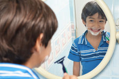Kleiner Junge, der vortäuscht zu rasieren lizenzfreie stockbilder
