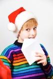 Kleiner Junge, der Weihnachtsmann einen Brief schickt Stockbilder