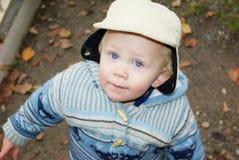 Kleiner Junge in der Winterkleidung lizenzfreies stockbild