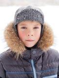 Kleiner Junge an der Winterzeit Stockbild