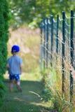 Kleiner Junge, der in Yard geht lizenzfreies stockbild
