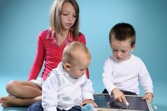 Kleiner Junge, der Zahlen und das Schreiben erlernt Stockbild