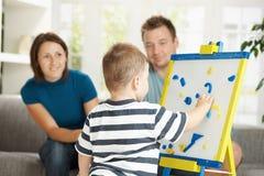 Kleiner Junge, der Zeichen und Zahlen erlernt Lizenzfreies Stockfoto
