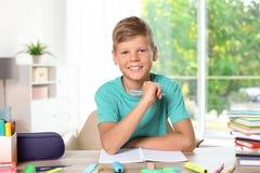 Kleiner Junge, der zu Hause Aufgabe tut lizenzfreie stockfotos