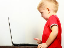 Kleiner Junge, der zu Hause Laptop-PC-Computer verwendet Lizenzfreies Stockbild