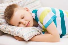 Kleiner Junge, der zu Hause schläft Stockfotografie