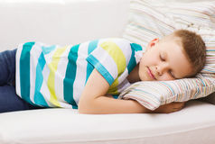 Kleiner Junge, der zu Hause schläft Lizenzfreie Stockfotografie