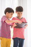 Kleiner Junge, der zu Hause Tablette spielt Lizenzfreie Stockbilder
