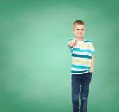 Kleiner Junge in der zufälligen Kleidung seinen Finger zeigend Lizenzfreie Stockbilder