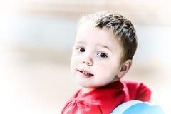 Kleiner Junge, der zurück schaut Lizenzfreie Stockbilder