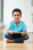 Kleiner Junge des Afroamerikaners, der eine Tasttablette verwendet Stockbilder