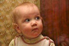 Kleiner Junge des Gesichtes, der anstarrt Stockbilder