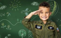 Kleiner Junge des Glückes mit dem Versuchstraumjoblächeln Stockfotografie