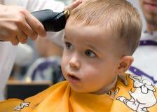 Kleiner Junge des Haarschnitts Lizenzfreie Stockbilder
