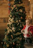 Kleiner Junge des neuen Jahres mit Papier lizenzfreies stockfoto