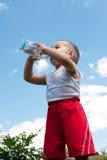 Kleiner Junge des Trinkwassers Lizenzfreies Stockfoto