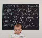 Kleiner Junge des Wunderkind auf Mathe Stockfotos