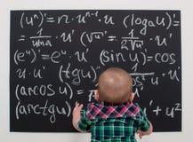 Kleiner Junge des Wunderkind auf Mathe Lizenzfreie Stockbilder