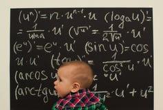 Kleiner Junge des Wunderkind auf Mathe stockfotografie