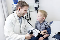 Kleiner Junge Doktors Examining Lizenzfreie Stockbilder