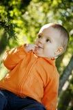 Kleiner Junge draußen Stockfoto