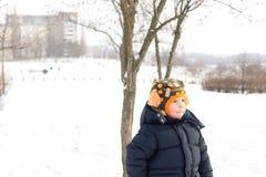 Kleiner Junge draußen im Winterschnee Lizenzfreie Stockfotografie