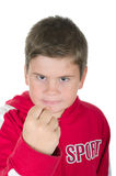 Kleiner Junge droht mit einer Faust Stockfotos